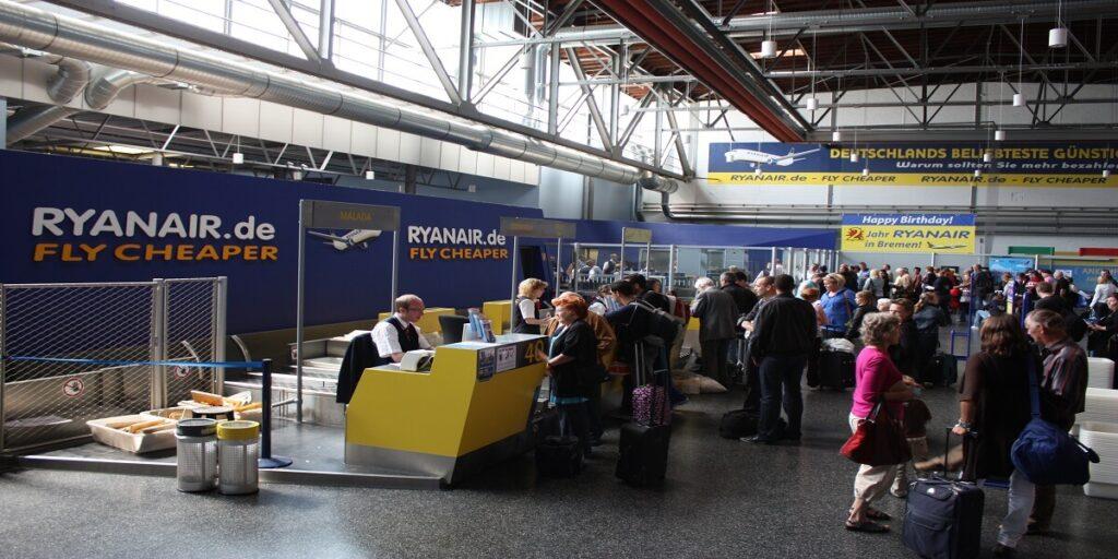 Ryanair Check-in Abflughalle at Bremen Airport